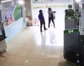 Xem lại giây phút bảo vệ ngân hàng đối mặt với kẻ dùng súng chĩa thẳng vào người
