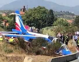Hạ cánh bất thành, máy bay không quân Pháp lao xuống đường cao tốc