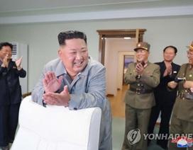 Ông Kim Jong-un tươi cười khi thị sát phóng tên lửa