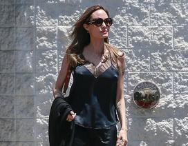 Vừa công bố dự án phim mới, Angelina Jolie xuống phố với phong thái gợi cảm