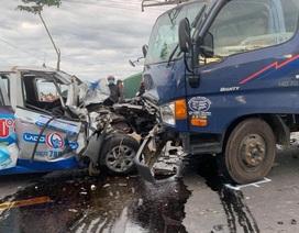 Taxi nát đầu khi tông xe tải, tài xế tử vong