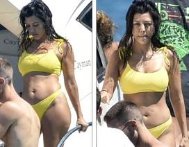 Kourtney Kardashian diện bikini bốc lửa trong kỳ nghỉ hè