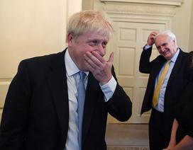 """Ngày đầu làm thủ tướng của """"bản sao Donald Trump"""" nước Anh"""