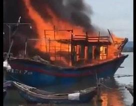 Tàu cá cháy rụi nghi do hàn xì