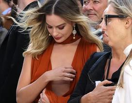 Dự công chiếu phim cùng Brad Pitt và Leonardo DiCaprio, Margot Robbie khổ sở giữ váy, đi với 3 trợ lý