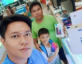 Người cha nghèo tiết kiệm từng xu để mua smartphone mới cho con khiến dân mạng cảm động