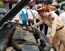 """CSGT giúp dân tát nước cứu chiếc xe """"chết đuối"""" giữa dòng lũ"""
