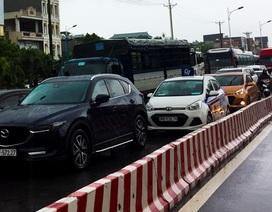 Hà Nội: Cầu huyết mạch tắc dài hàng km vì mưa bão