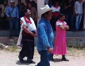 Thị trưởng Mexico bị ép mặc váy phụ nữ diễu phố vì thất hứa với dân