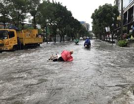 """Đường phố Hà Nội thành sông, người dân """"be bờ"""" ngăn nước vào nhà"""