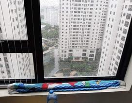 Hà Nội mưa xối xả, dân chung cư méo mặt hứng dột giữa lưng chừng trời