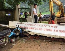 Xe tải kéo sập cổng UBND xã, đè bẹp xe máy và xe đạp