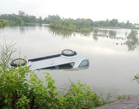 Ô tô chìm dưới vuông tôm, tài xế chết ngạt trong xe