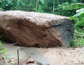 """Giữa đêm, tảng đá 40 tấn lăn xuống khu dân cư, 8 hộ dân """"hút chết"""""""