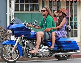 """""""Vua Thủy tề"""" Jason Momoa sành điệu chở vợ dạo phố bằng xe máy"""