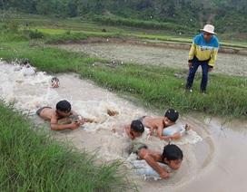"""3 thanh niên """"ngăn suối"""" mở lớp dạy bơi """"dã chiến"""" cho trẻ em làng"""