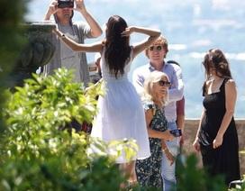 Leonardo Di Caprio đưa bạn gái kém 22 tuổi đi chơi cùng mẹ ruột