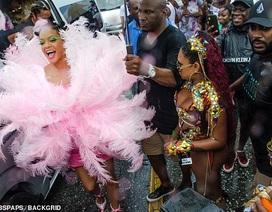 Rihanna hạnh phúc trong vòng vây của người hâm mộ
