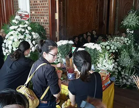 Xót xa đám tang hoa trắng của bé trai bị bỏ quên suốt 9 tiếng trên xe đưa đón