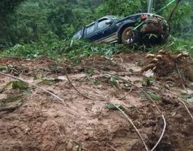 """Đèo Bảo Lộc sạt lở nghiêm trọng, 2 ô tô bị """"đẩy"""" xuống vực"""