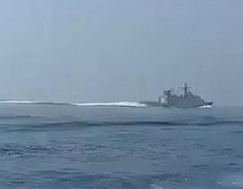 """""""Sốt"""" video tàu Iran rượt đuổi chiến hạm nghi của Anh trên Eo biển Hormuz"""