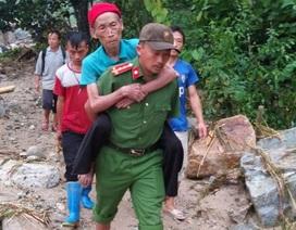 Đại úy công an nén nỗi đau mất người thân, giúp dân trong mưa lũ