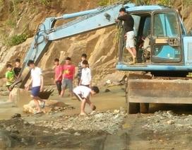 Lũ rút, dân đi cả trăm cây số tìm nước sạch