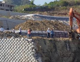 """Khánh Hòa: Giám sát việc tháo dỡ bức tường chắn """"khủng"""" sai phép đe dọa nhà dân"""