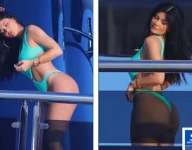 Kylie Jenner khoe dáng rực lửa bên bạn thân