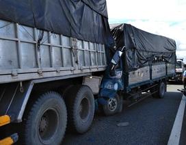 Xe tải tông đuôi xe tải trên cao tốc, tài xế tử vong trong cabin