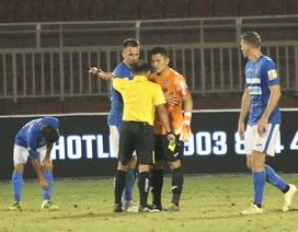CLB TPHCM thắng Than Quảng Ninh trong trận cầu trọng tài liên tục bị phản ứng