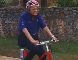 """Thủ tướng Malaysia 94 tuổi gây """"bão"""" mạng vì đạp xe 11 km"""