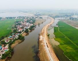 """Toàn cảnh tuyến đê bê tông """"khổng lồ"""" ngăn lụt cho nội thành Hà Nội"""