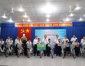 Vietcombank ủng hộ 725 triệu tặng quà gia đình chính sách, hộ nghèo, học sinh hiếu học tại Tây Ninh