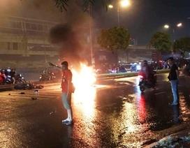 2 xe máy tông nhau, một xe bốc cháy dữ dội