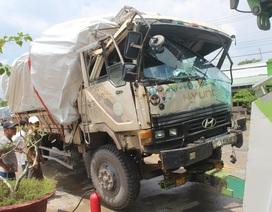 Xe chở gỗ bốc cháy sau khi gây tai nạn, tông gãy barie trạm thu phí