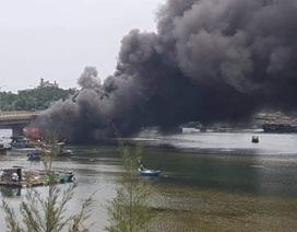 Tàu cá vừa được bơm 25.000 lít dầu thì bốc cháy dữ dội