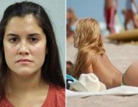 Bị phàn nàn vì để ngực trần ở biển, cô gái đáp lại bằng màn lột đồ và cái kết