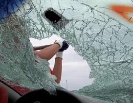 Cậu bé 12 tuổi nhanh trí đập vỡ kính ô tô cứu bé 2 tuổi bị bỏ quên trong xe