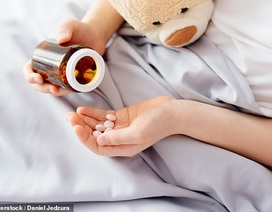 Cho trẻ dùng kháng sinh để điều trị ho và cảm lạnh dễ làm trẻ ốm thêm