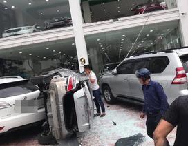 """Hà Nội: Xe Vios """"phi"""" từ tầng 2 showroom xuống đất, đè trúng 1 ô tô khác"""