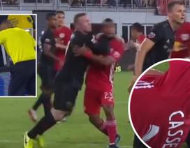 Wayne Rooney lĩnh hậu quả nặng nề vì thúc cùi chỏ đối thủ
