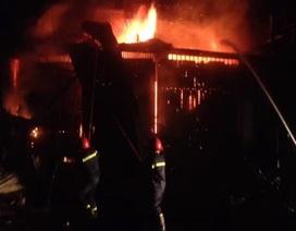 Cả gia đình tháo chạy thoát thân khi lửa bùng lên dữ dội trong đêm