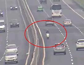 Hãi hùng xe máy chạy ngược chiều 10 kilomet trên cao tốc Hà Nội - Hải Phòng