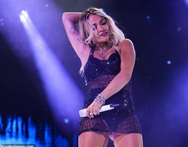 Rita Ora nhảy sôi động với váy xuyên thấu