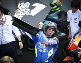 Chặng 12 MotoGP 2019: Rins thắng Marquez đầy cảm xúc ở góc cua cuối cùng