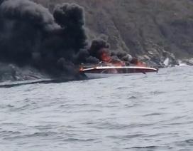Ca nô vừa đưa khách lên đảo thì bốc cháy ngùn ngụt, 2 người bị thương