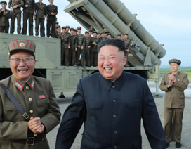 """Ông Kim Jong-un tươi cười thị sát vụ thử vũ khí """"khủng"""" của Triều Tiên"""