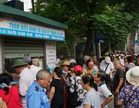 Người cao tuổi Hà Nội mệt mỏi chờ làm thẻ xe buýt miễn phí