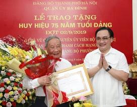 Bí thư Thành ủy Hà Nội trao tặng huy hiệu 75 năm tuổi Đảng cho ông Vũ Oanh